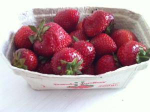 Danske jordbær - friskt plukkede i bakke.