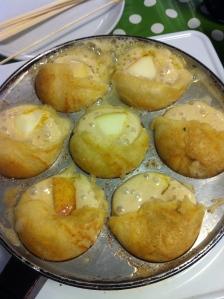Hjemmelavede smørstegte æbleskiver med fyld af æble, æblemos eller svesker er bare det bedste. Foto Katrine Klinken