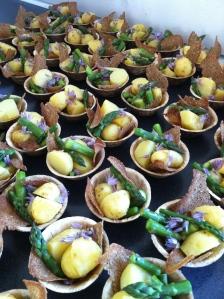 Nye kartofler, asparges, citron, olivenolie, purløgblomster og sprødt rugbrød - anrettet så alle kan smage som kokken har tænkt. Foto Klinken