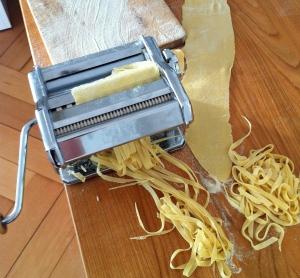 Gode gamle pastamaskine til udrulning af frisk pasta - som friskbagt brød kan det bare være godt! Foto Katrine juni 2014