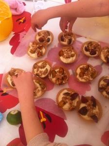 Blommemuffins med sprødt kaneldrys - børn bager på Frugtfestival i Saxkjøbing september 2014.