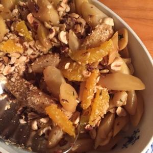 Skorzonerrødder med ristede hasselnødder.